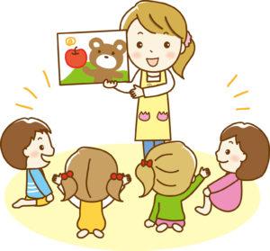 子供たちと遊ぶ保育士