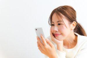 携帯をながめる女性
