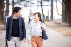 彼氏と歩く女性