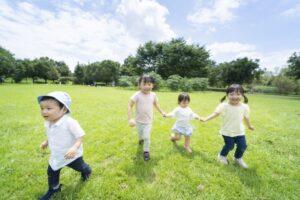 広場で遊ぶ子供