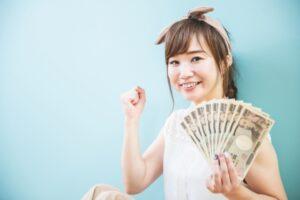 1万円札を持つ女性