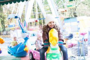 遊園地で遊ぶ女の子
