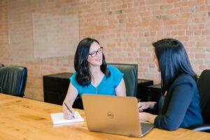 パソコンの前で面談する女性