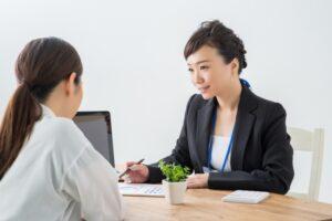 終業相談を受ける女性