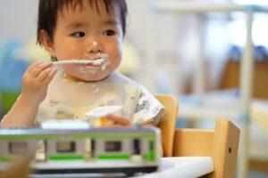 ヨーグルトを食べて汚す子供