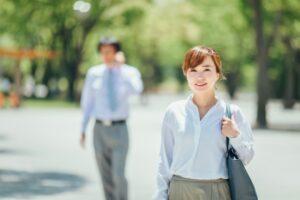 颯爽と外を歩く女性