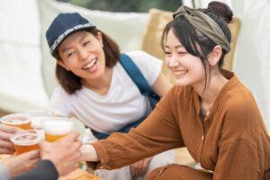 仲間と食事を楽しむ女性