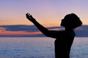 海辺で心を癒す女性