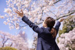 桜の木のしたの女性