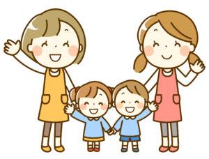笑顔の保育士と子ども