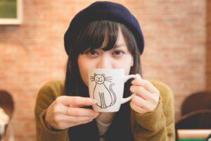 コーヒーで休憩する女性