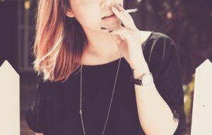 タバコを吸う女性保育士