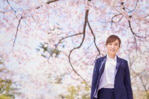 桜の木の下の笑顔の女性