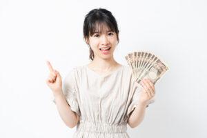 お金を手に持つ女性