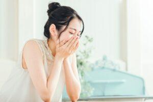 涙が止まらない女性保育士